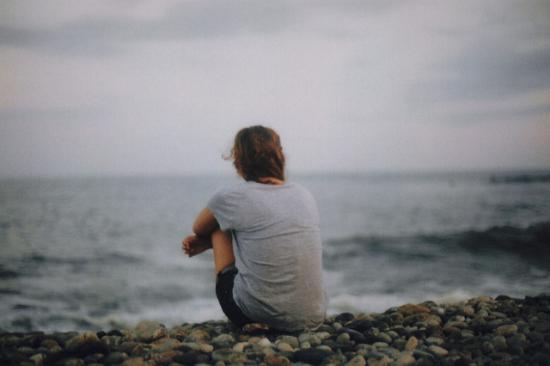 alone-beach-girl-ocean-sad-Favim.com-132550